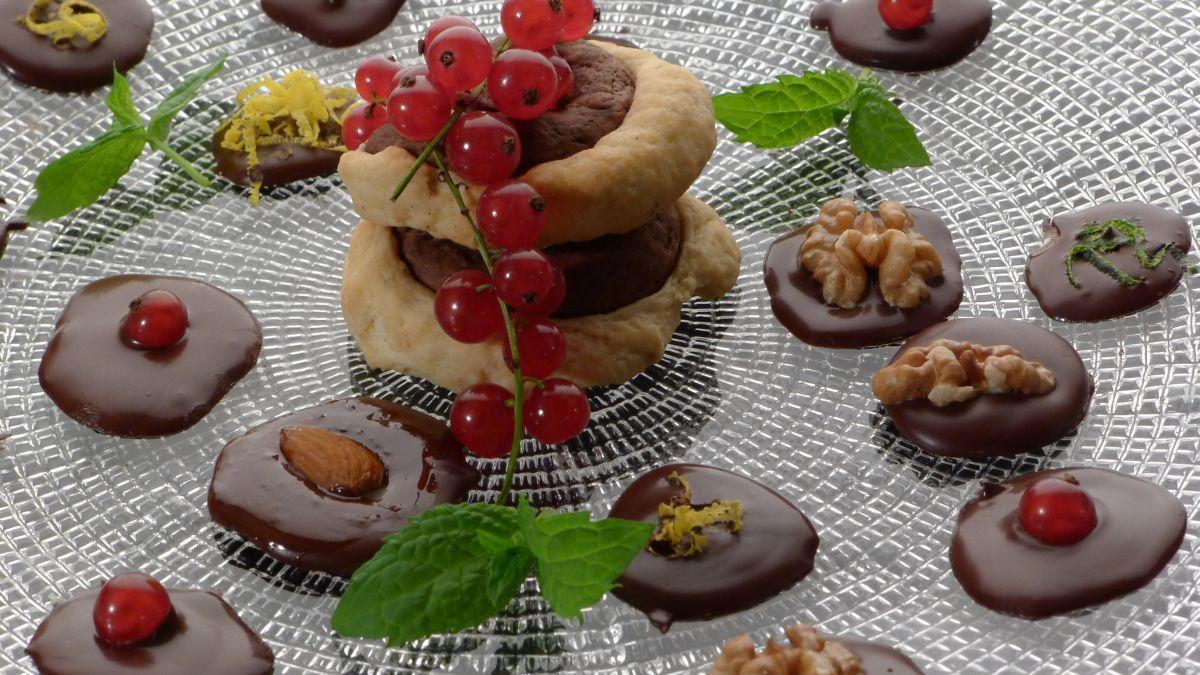 Ciasteczka z kakao i czekoladki z bakaliami